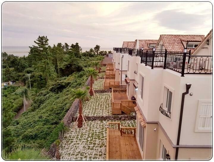 화순금모래해변 근처, 산방산과 박수기정이 눈 앞에 펼쳐지는 마당 넓은 타운하우스 1층