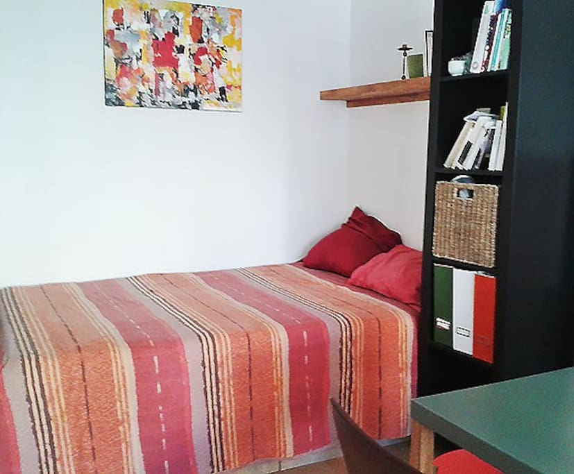 Un lit confortable en alcôve et deux couchages sur le canapé.