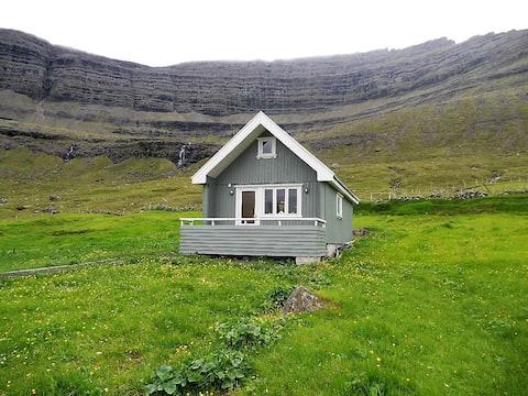 Hyggelig hytte ved dalen i Depil på Færøerne