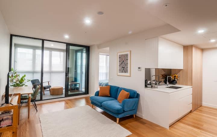 1 bedroom apt- opp Canberra Centre, w/parking