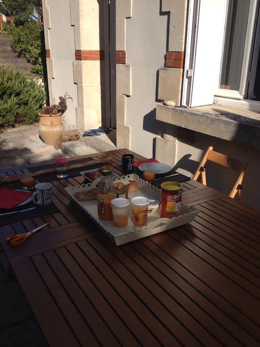 Petit déjeuner sur la terrasse de devant