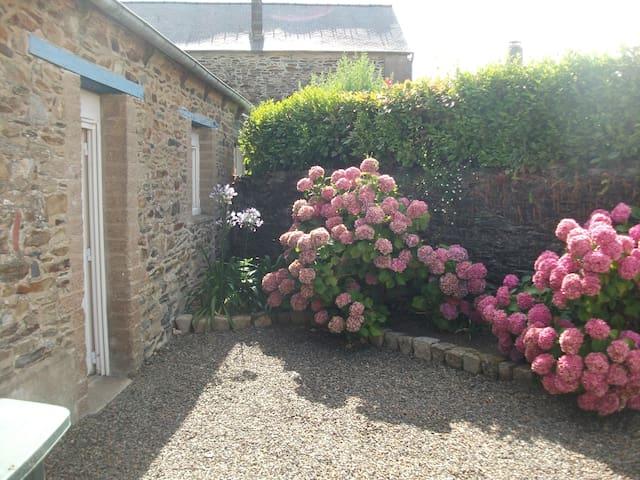 Maisonnette en pierre avec jardin