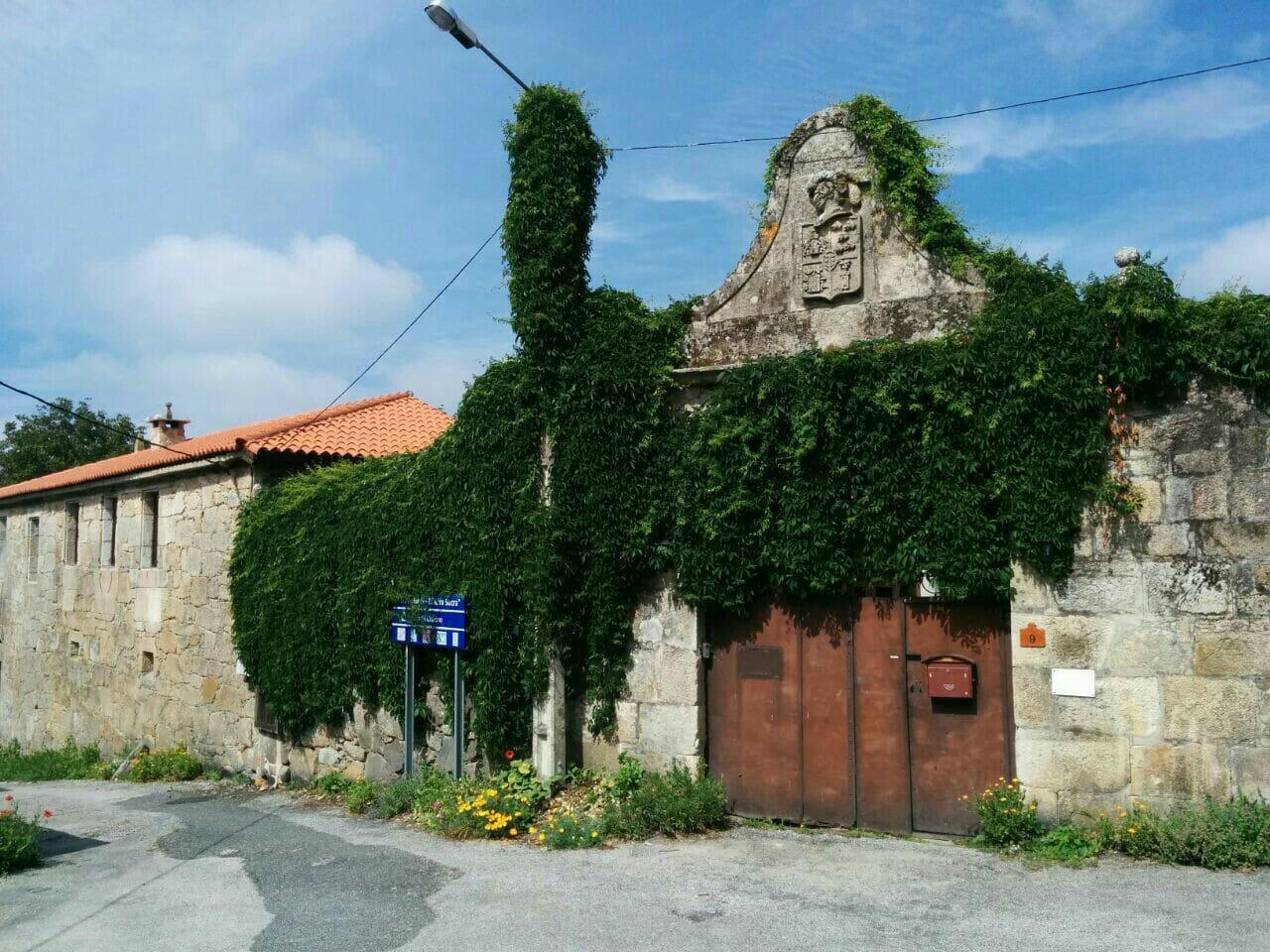 Fachada del Pazo y entrada al patio con escudo. Hauptfassade des Pazo und Eingang mit Wappen.