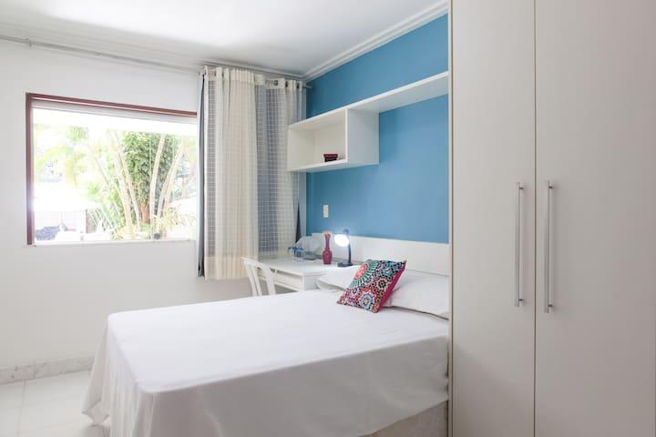 Suite confortável a 5 minutos da Praia de Itapuã.