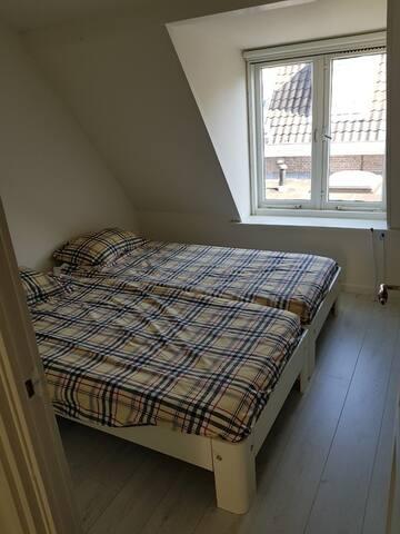 Slaapkamer 2 met twee éénpersoons bedden
