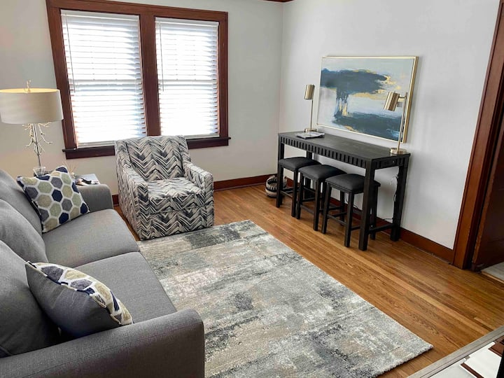 King Bed Apartment in Walkable RiverMarket Area
