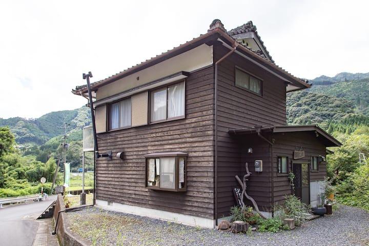 山々に囲まれた小さな集落の綺麗な一軒家を貸切♪【みずなしのまるてい】