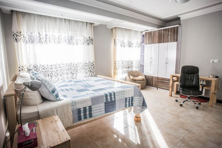 Sunny Bedroom in Welcoming Neighborhood - Kabul - Apartament