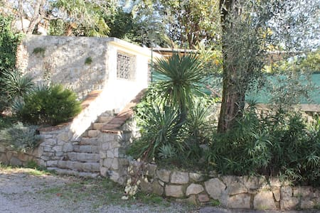 2 pieces 30m2 au calme, jardin, parking prive - Grasse