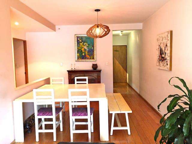 Mesa de comedor grande, también funciona para hacer home office
