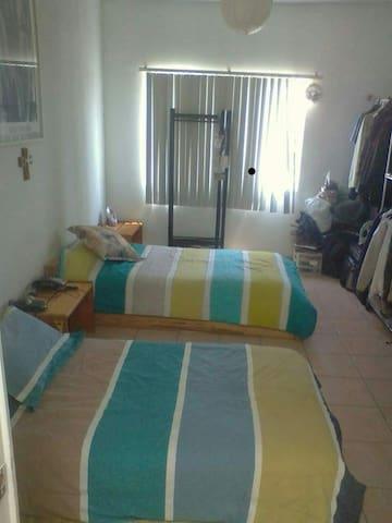 Habitación con cama.individualy baño compartido.
