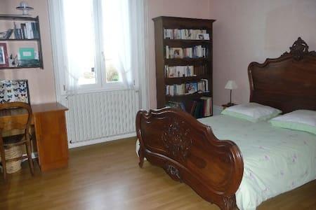 Chambre + Petit Déjeuner - Vœuil-et-Giget