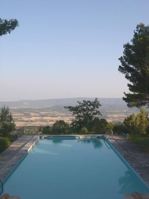 Vue de la piscine plongeante sur les villages du Luberon (au loin, Bonnieux et Lacoste