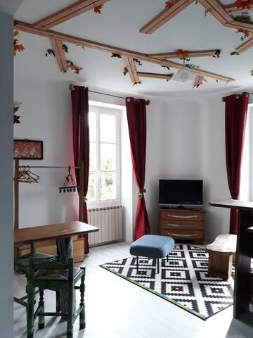 3) studio lumineux au 1er étage maison de campagne