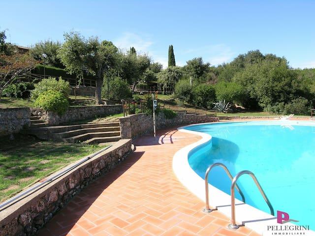 bella casa con giardino e piscina