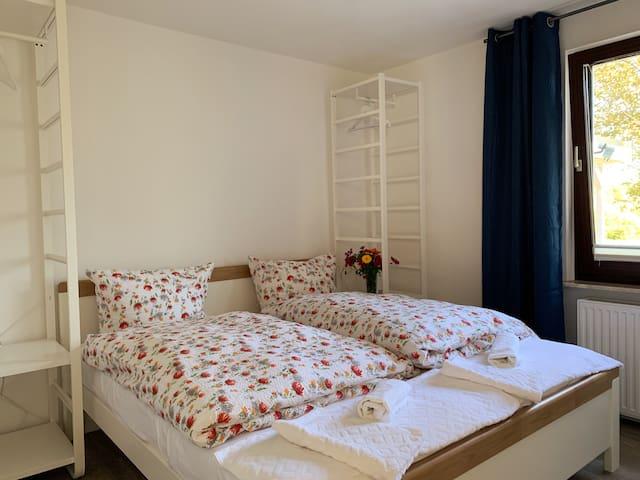 Schlafzimmer 1 das Bett ist 1,80 m breit und 2m lang