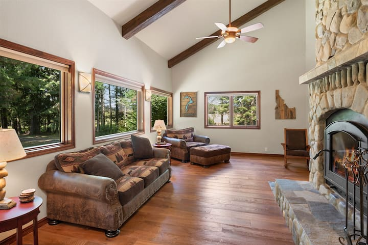 Jacobson Acres - Gorgeous Private Family Home on 20 Acres!