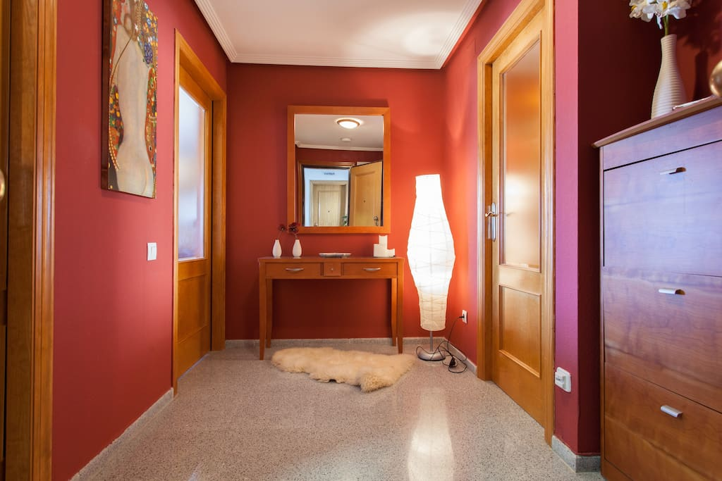 Vestíbulo que separa la zona de estar (comedor, cocina y terraza) de las habitaciones y baños