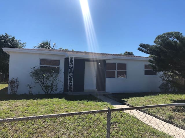 Lovely remodeled house with free parking