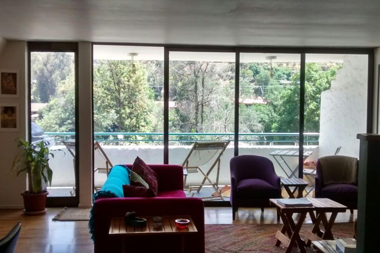 Living con terraza y parrilla. Se escucha el rio desde el balcón.