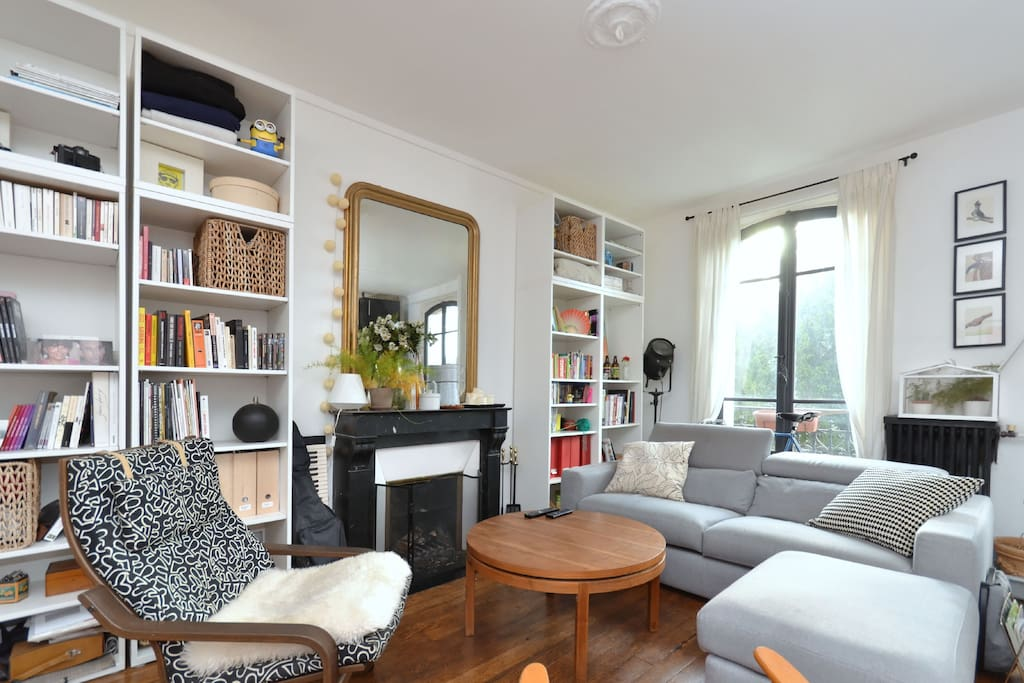 Nice and cosy living room, offering a beautiful view over the Père Lachaise