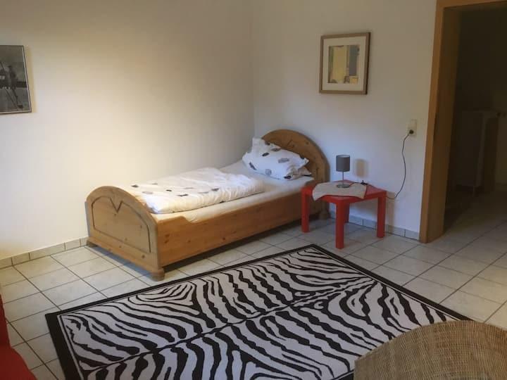 Ruhiges Zimmer im Souterrain