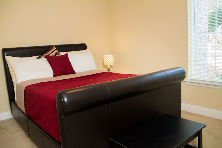 Comfy Private Room Located Near Everything!