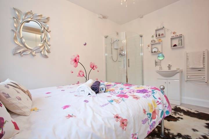 Lovely double room, own bathroom & conservatory