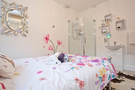 Lovely double room with own shower - House