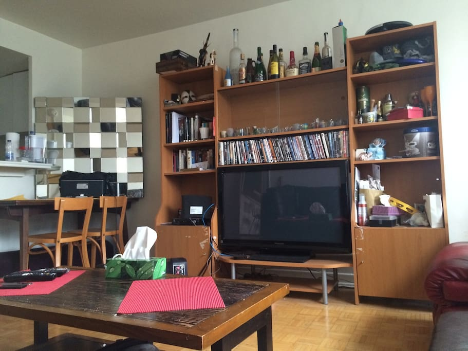 42inch screen with DVD player and Wifi-Internet. Large collection of DVDs, shots, empty bottles.