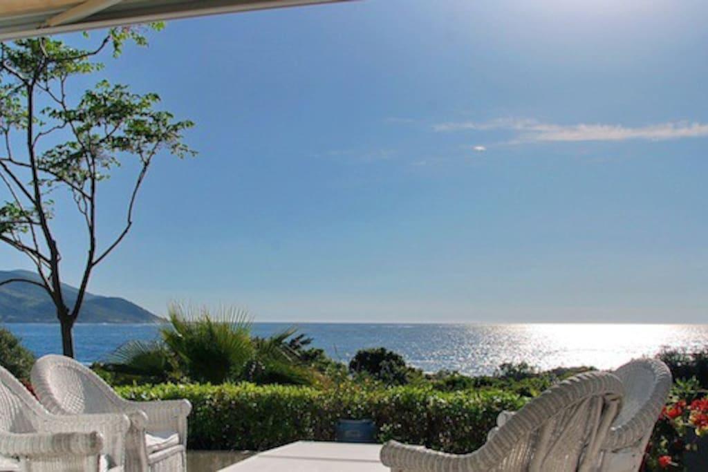 la vue de la terrasse avant sur mer, montagne et jardin