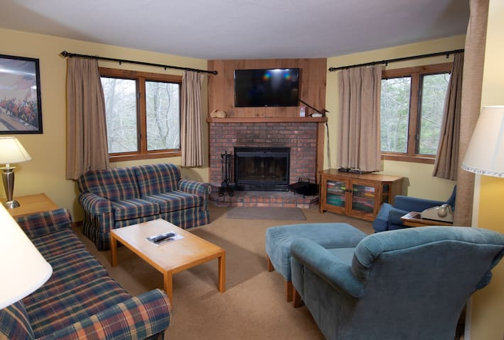 Ski-in/Ski-out Condo with access to Pools, Sauna, Hot Tubs nearby!
