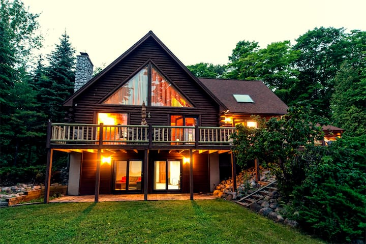 Beautiful Log Cabin on The Bay - Suttons Bay - Talo