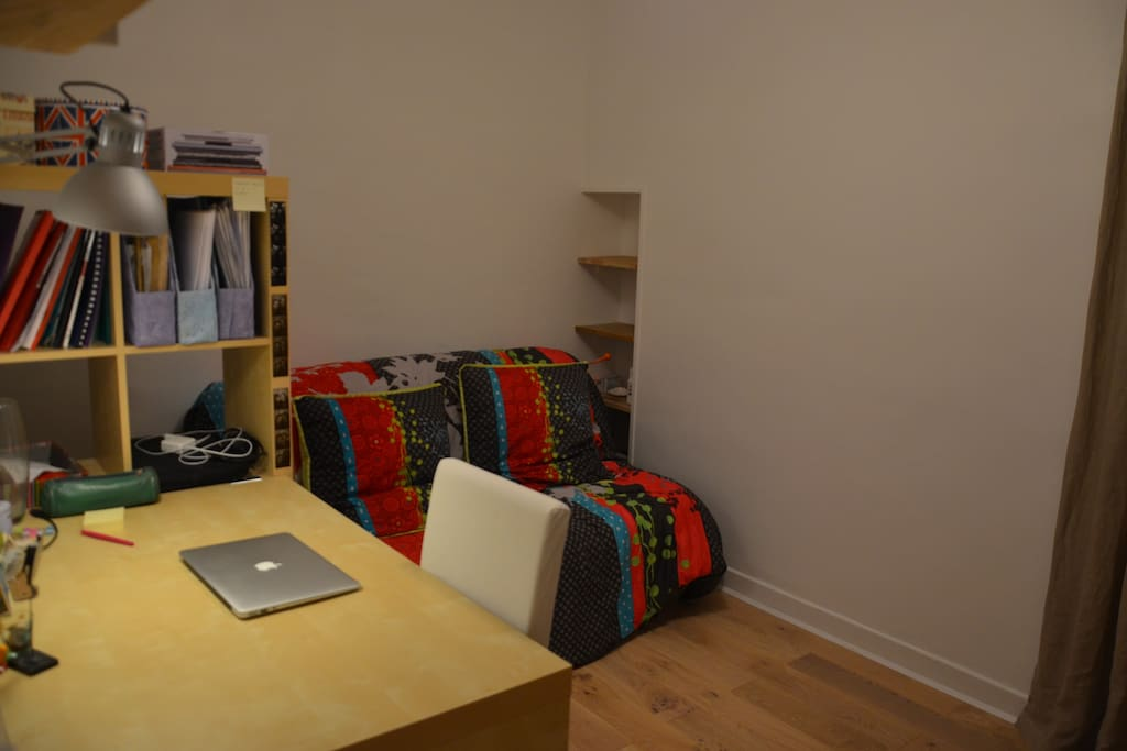 La chambre (avec lit pliant, pour maximiser l'espace)