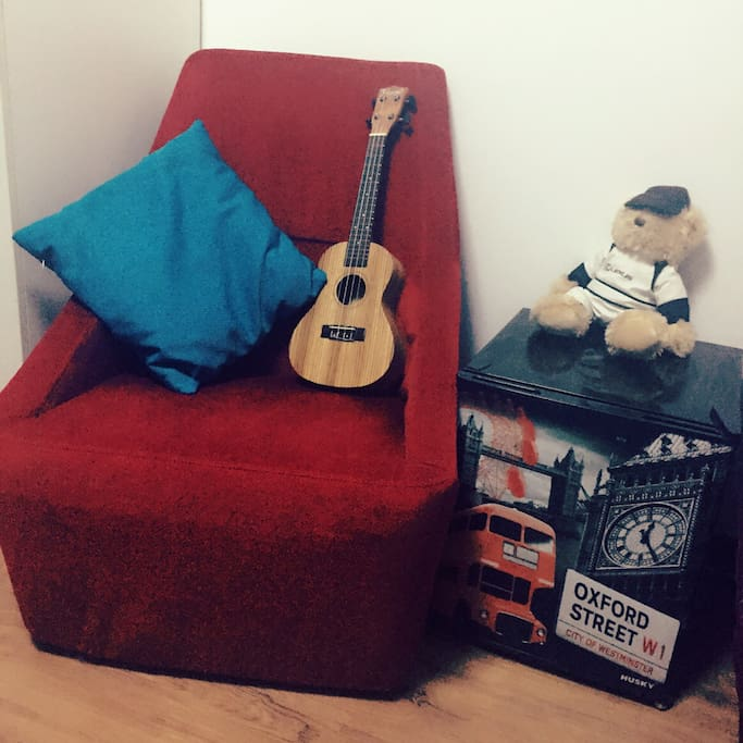 A little Ukulele in Emma's room,comfortable sofa,HUSKY fridge of Oxford street only use by yourself.