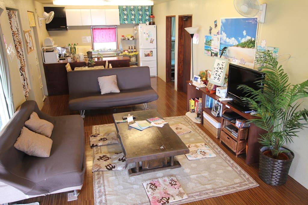 ゲストハウスHanahanaはゆんたくスペースの広さはなんと30畳。ウッドデッキスペースの40畳と合わせると70畳ある共有ゆんたくスペースでごゆっくりお過ごしください。