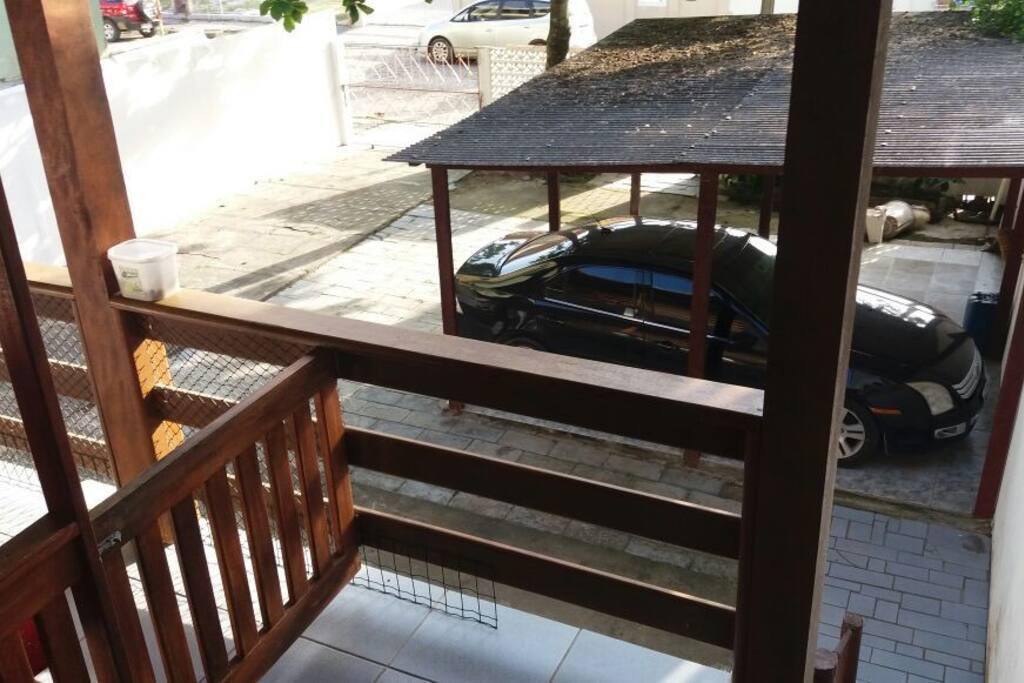 Garagem coberta para 1 carro mais espaço no pátio para estacionar.