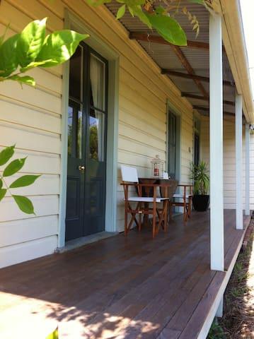 Historic & quaint cottage in Bega