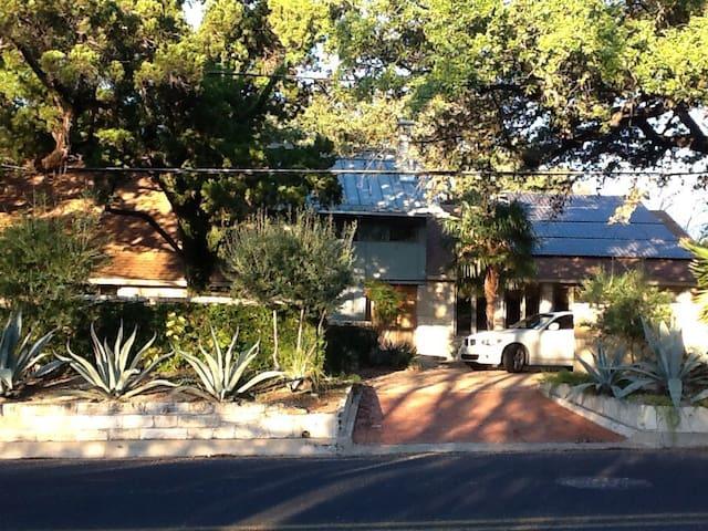 SxSW  Modern TXstone house&lots charm!