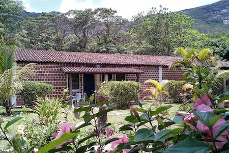 CHALÉ 2 - Hostel do Vale - BAHIA - Palmeiras - Chatka w górach