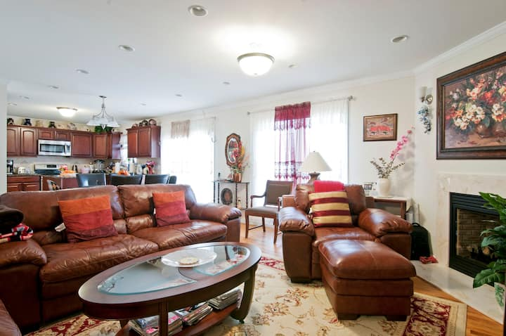Spacious Room in Colonial Home Close to NYC