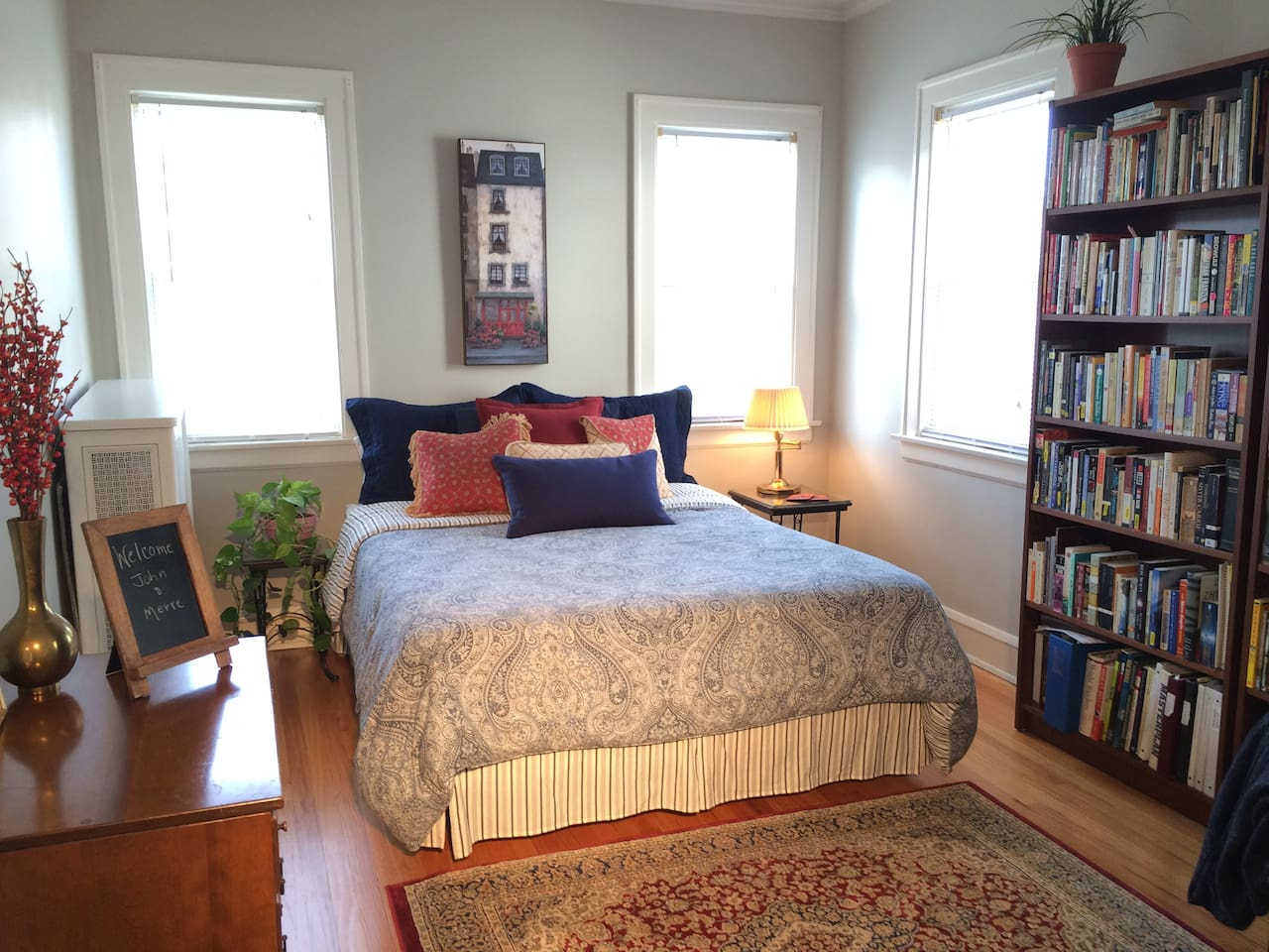 English Room with queen bed and day bed.
