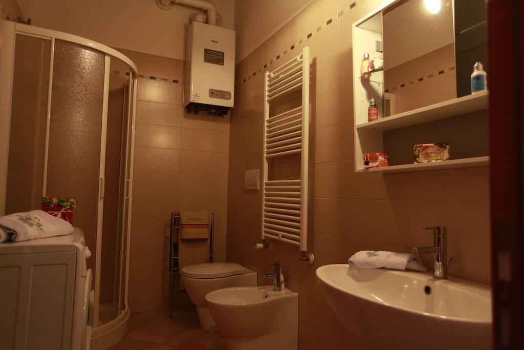 bagno arredato e dotato di ogni accessorio (lavatrice, biancheria, linea cortesia, asciugacapelli)