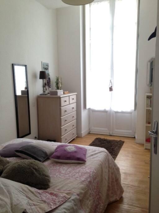 Grande chambre avec lit double et lumineuse