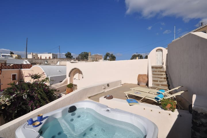 Casa Anemone in Santorini with Jacuzzi