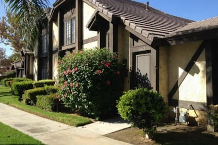 Cozy, charming two-story home in a nice location - Loma Linda - Ev
