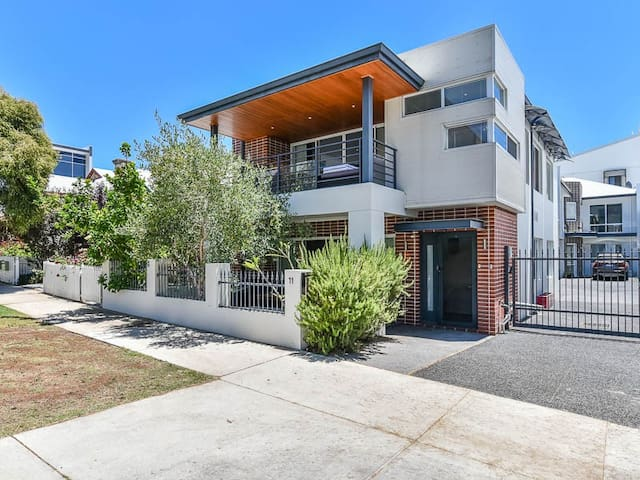 LUXURY 4+BEDS FAMILY HOME IN CITY CBD - Perth - Hus