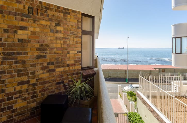 Sea Point Beach Front Apartment (Great Location) - Cape Town