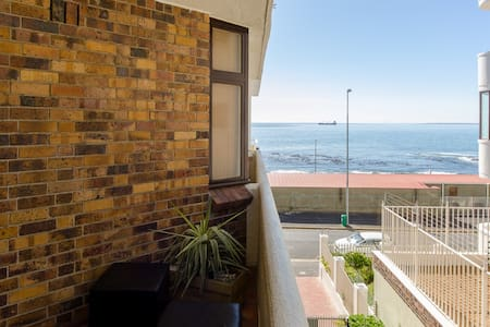 Sea Point Beach Front Apartment (Great Location) - Кейптаун
