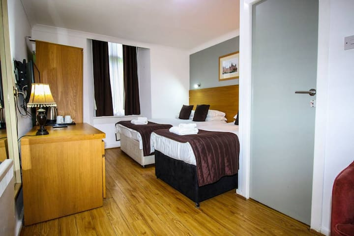 En-suite Room Sleeps 3 near Sauchiehall Street